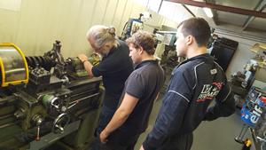 202@232 - Le moteur de la Peugeot 202 est préparé à l'École de la Performance